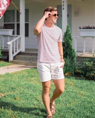Comment porter: t-shirt à col rond à rayures horizontales blanc et rouge et bleu marine, short blanc, sandales en cuir marron, lunettes de soleil marron foncé