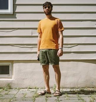 Comment s'habiller pour un style relax: Choisis un t-shirt à col rond orange et un short olive pour affronter sans effort les défis que la journée te réserve. Si tu veux éviter un look trop formel, termine ce look avec une paire de des sandales en cuir marron.