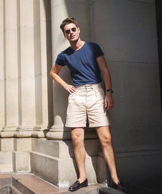 Comment porter: t-shirt à col rond bleu marine, short beige, slippers en cuir bordeaux, lunettes de soleil olive