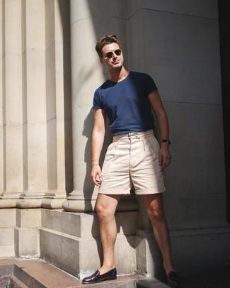Comment porter: t-shirt à col rond bleu marine, short beige, slippers en cuir marron foncé, lunettes de soleil olive