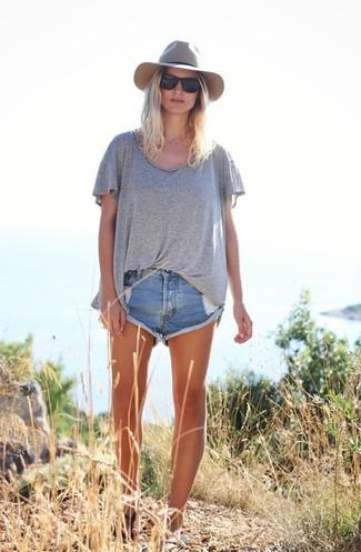 Comment porter: t-shirt à col rond gris, short en denim déchiré bleu, tongs en cuir noires, chapeau en laine gris