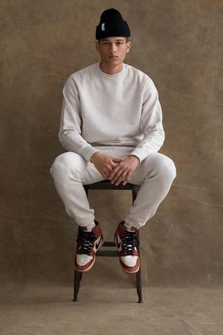 Comment porter un survêtement: Pense à associer un survêtement avec un t-shirt à col rond blanc pour une tenue relax mais stylée. Cette tenue se complète parfaitement avec une paire de des baskets montantes en cuir blanc et rouge.