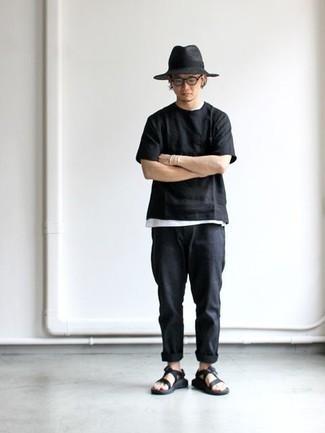 Comment porter un chapeau en laine gris foncé: Pense à porter un t-shirt à col rond noir et un chapeau en laine gris foncé pour une tenue idéale le week-end. Tu veux y aller doucement avec les chaussures? Opte pour une paire de des sandales en toile noires pour la journée.