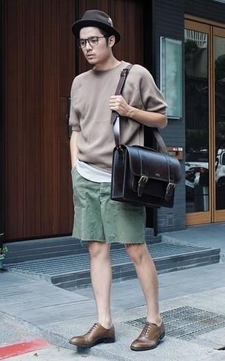 Comment porter un chapeau en laine marron foncé: Pense à opter pour un t-shirt à col rond marron clair et un chapeau en laine marron foncé pour une tenue relax mais stylée. Apportez une touche d'élégance à votre tenue avec une paire de des chaussures richelieu en cuir marron.