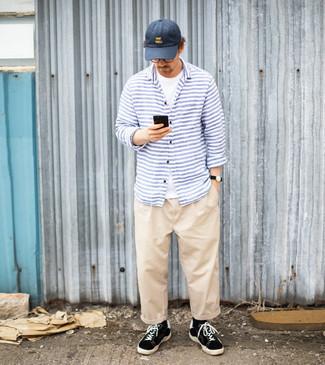 Comment porter une casquette de base-ball bleu marine: Harmonise un t-shirt à col rond blanc avec une casquette de base-ball bleu marine pour un look confortable et décontracté. Une paire de baskets basses en toile noires et blanches apportera une esthétique classique à l'ensemble.