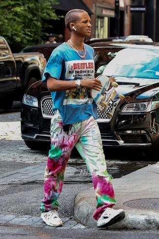 Comment porter: t-shirt à col rond imprimé turquoise, jean imprimé tie-dye multicolore, chaussures de sport blanches, montre dorée