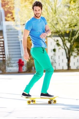 Tenue: T-shirt à col rond à rayures horizontales turquoise, Pantalon chino vert menthe, Tennis bleu marine, Chaussettes invisibles