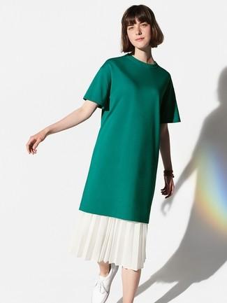 Comment porter: t-shirt à col rond vert foncé, jupe mi-longue plissée blanche, baskets basses en cuir blanches