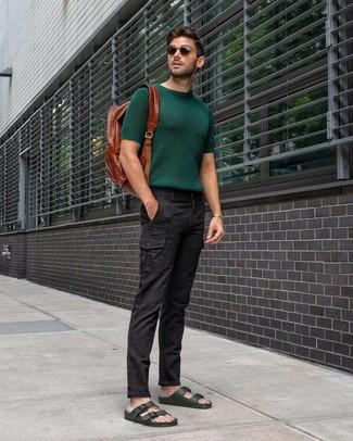 Comment porter: t-shirt à col rond en tricot vert foncé, pantalon cargo noir, sandales en cuir vert foncé, sac à dos en cuir marron
