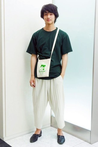 Comment porter des slippers en cuir bleu marine: Opte pour un t-shirt à col rond vert foncé avec un pantalon chino blanc pour affronter sans effort les défis que la journée te réserve. Termine ce look avec une paire de des slippers en cuir bleu marine pour afficher ton expertise vestimentaire.