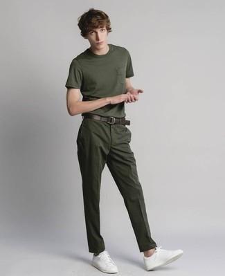 Comment porter un pantalon chino vert foncé: Pense à harmoniser un t-shirt à col rond vert foncé avec un pantalon chino vert foncé pour obtenir un look relax mais stylé. Complète ce look avec une paire de des baskets basses en cuir blanches.