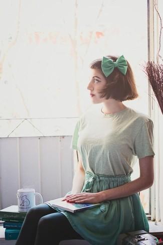 Comment porter: t-shirt à col rond vert menthe, jupe patineuse verte, nœud papillon vert