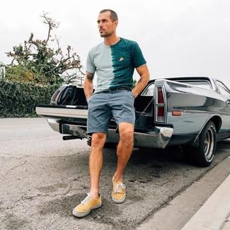 Comment porter: t-shirt à col rond délavé à l'acide vert menthe, short gris, baskets basses en toile jaunes, ceinture en cuir noire