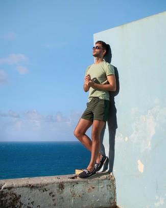 Comment porter: t-shirt à col rond vert menthe, short olive, chaussures bateau en toile bleu marine