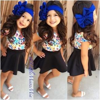 Comment porter: t-shirt à fleurs multicolore, jupe noire, sandales blanches