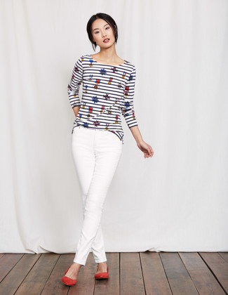 Comment porter: t-shirt à manche longue à rayures horizontales blanc et bleu marine, jean skinny blanc, ballerines en daim rouges