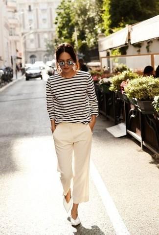 Comment porter: t-shirt à manche longue à rayures horizontales blanc et bleu marine, jupe-culotte beige, ballerines en cuir blanches