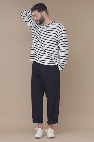 Comment porter des baskets basses blanches: Marie un t-shirt à manche longue à rayures horizontales blanc et noir avec un pantalon chino noir pour affronter sans effort les défis que la journée te réserve. Une paire de des baskets basses blanches est une option génial pour complèter cette tenue.