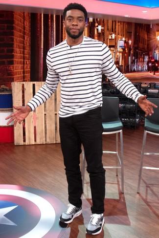 Comment porter: t-shirt à manche longue à rayures horizontales blanc et noir, jean noir, chaussures de sport grises