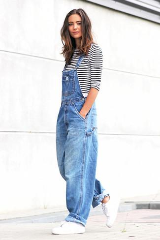 Comment porter: t-shirt à manche longue à rayures horizontales blanc et noir, salopette en denim bleue, baskets basses en cuir blanches