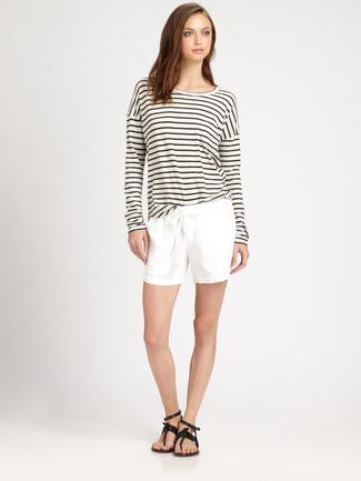 Comment porter: t-shirt à manche longue à rayures horizontales blanc et noir, short blanc, tongs en cuir noires