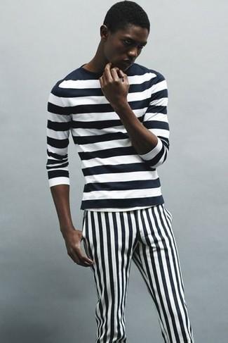 Comment porter: t-shirt à manche longue à rayures horizontales noir et blanc, pantalon chino à rayures verticales noir et blanc