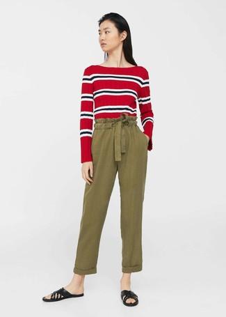Comment porter: t-shirt à manche longue à rayures horizontales rouge, pantalon carotte olive, sandales plates en cuir noires