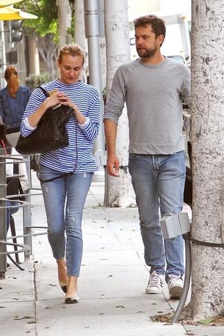 Comment porter: t-shirt à manche longue à rayures horizontales blanc et bleu, jean skinny déchiré bleu clair, ballerines en cuir noir et marron clair, sac fourre-tout en cuir matelassé noir