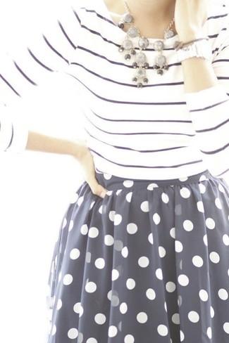Comment porter: t-shirt à manche longue à rayures horizontales blanc et bleu marine, jupe évasée en chiffon á pois bleu marine et blanc, collier gris, montre argentée