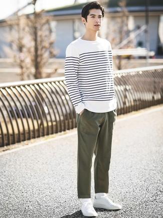 Comment porter: t-shirt à manche longue à rayures horizontales blanc et bleu marine, pantalon chino olive, baskets basses blanches, chaussettes blanches