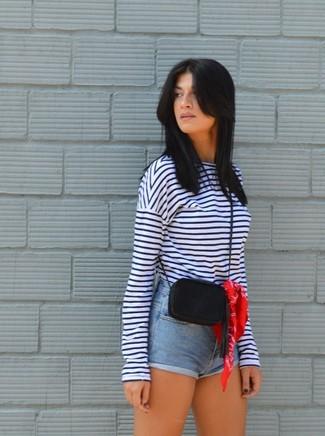 Comment porter: t-shirt à manche longue à rayures horizontales blanc et bleu marine, short en denim bleu clair, sac bandoulière en cuir noir, bandana rouge