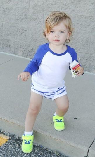 Comment porter: t-shirt à manche longue blanc et bleu, short blanc, baskets chartreuses
