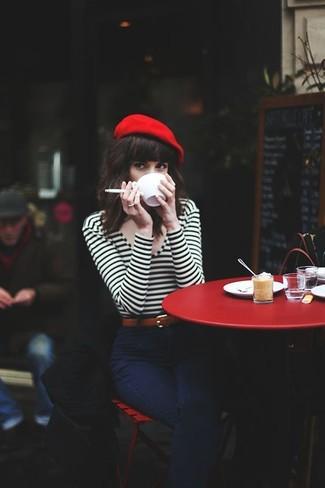 Comment porter: t-shirt à manche longue à rayures horizontales blanc et noir, jean bleu marine, béret rouge, ceinture en cuir marron