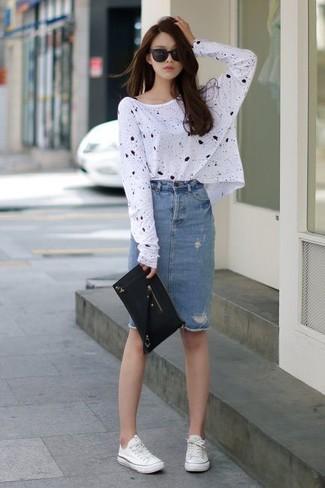 Pour créer une tenue idéale pour un déjeuner entre amis le week-end, pense à harmoniser un t-shirt à manche longue imprimé blanc et noir avec une jupe crayon en denim bleue. Tu veux y aller doucement avec les chaussures? Fais d'une paire de des baskets basses en toile blanches ton choix de souliers pour la journée.
