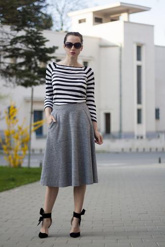 Comment porter: t-shirt à manche longue à rayures horizontales blanc et noir, jupe mi-longue plissée grise, escarpins en daim noirs, lunettes de soleil noires