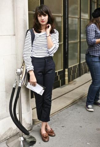 90f0c9cf27048 Tenue  T-shirt à manche longue à rayures horizontales blanc et noir,  Pantalon de costume noir, Mocassins à pampilles en cuir marron, Montre en  cuir rouge ...