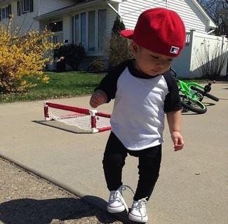 Comment porter: t-shirt à manche longue blanc et noir, pantalon de jogging noir, baskets blanches, casquette de base-ball rouge
