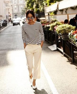 Comment porter: t-shirt à manche longue à rayures horizontales blanc et noir, pantalon large blanc, ballerines en cuir blanches, lunettes de soleil grises