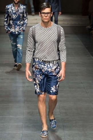 Comment porter: t-shirt à manche longue à rayures verticales blanc et noir, short à fleurs bleu marine, espadrilles en toile imprimées bleu marine, sac à dos en cuir gris