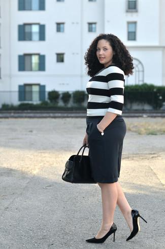 Essaie d'harmoniser un t-shirt à manche longue à rayures horizontales blanc et noir avec un short noir pour achever un style chic et glamour. Une paire de des escarpins en daim noirs ajoutera de l'élégance à un look simple.