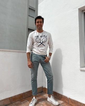 Comment s'habiller après 40 ans: Marie un t-shirt à manche longue imprimé blanc et noir avec un jean bleu clair pour une tenue idéale le week-end. Assortis ce look avec une paire de baskets basses en toile blanches.