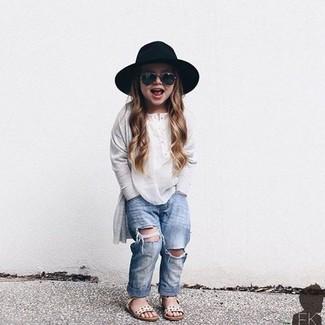 Comment porter: t-shirt à manche longue blanc, jean bleu clair, sandales blanches, chapeau noir