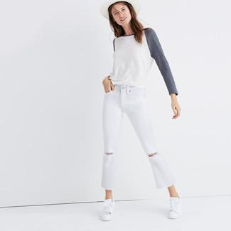 Comment porter un chapeau de paille blanc au printemps: Pense à marier un t-shirt à manche longue blanc avec un chapeau de paille blanc pour créer un look génial et idéal le week-end. Assortis ce look avec une paire de des baskets basses blanches. Nous sommes tombés dingue de cette tenue qui respire bon le printemps.