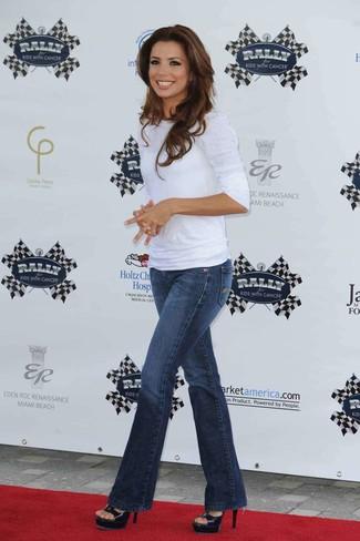 Comment porter: t-shirt à manche longue blanc, jean flare bleu marine, sandales à talons en cuir noires