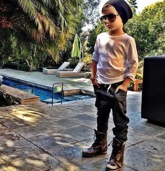 Comment porter: t-shirt à manche longue blanc, jean noir, bottes marron foncé, bonnet noir