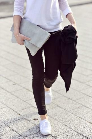 Comment porter un t-shirt à manche longue en tulle blanc: Pense à marier un t-shirt à manche longue en tulle blanc avec un jean skinny noir pour achever un style chic et glamour. Si tu veux éviter un look trop formel, assortis cette tenue avec une paire de des baskets basses en toile blanches.