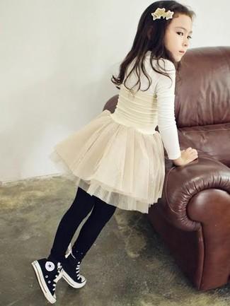 Comment porter: t-shirt à manche longue blanc, jupe de tulle blanche, baskets noires, collants noirs