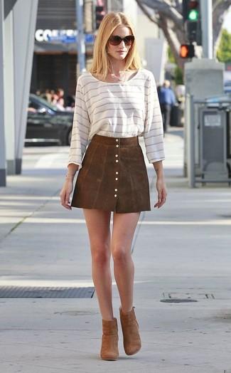 Comment porter: t-shirt à manche longue à rayures horizontales blanc, jupe boutonnée en daim marron, bottines en daim marron, lunettes de soleil marron foncé