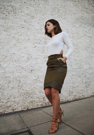 Essaie d'harmoniser un t-shirt à manche longue blanc avec une jupe crayon en daim olive pour créer un style chic et glamour. Complète ce look avec une paire de des sandales à talons en cuir brunes.