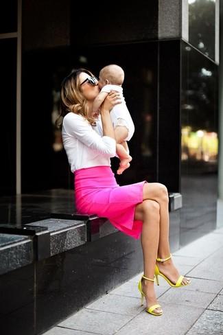 Comment porter: t-shirt à manche longue blanc, jupe crayon fuchsia, sandales à talons en cuir jaunes, lunettes de soleil noires